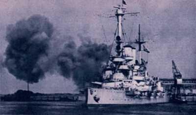 """Pancernik """"Schleswig- -Holstein"""" ostrzeliwuje Gdynię"""