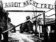 Brama wjazdowa do obozu koncentracyjnego w Oświęcimiu, lata  czterdzieste XX wieku.